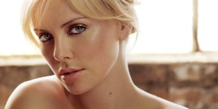 Charlize Theron si rompe i denti sul set